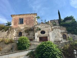 La facile salita che passa per l'antica chiesa di salerno, ormai in disuso, di San Filippo Neri